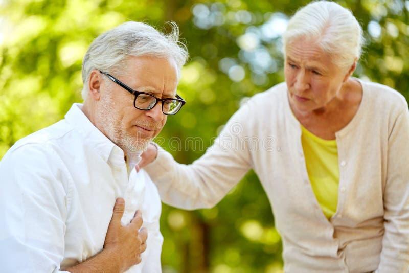 Älterer Mann, der am Sommerpark krank sich fühlt lizenzfreies stockbild