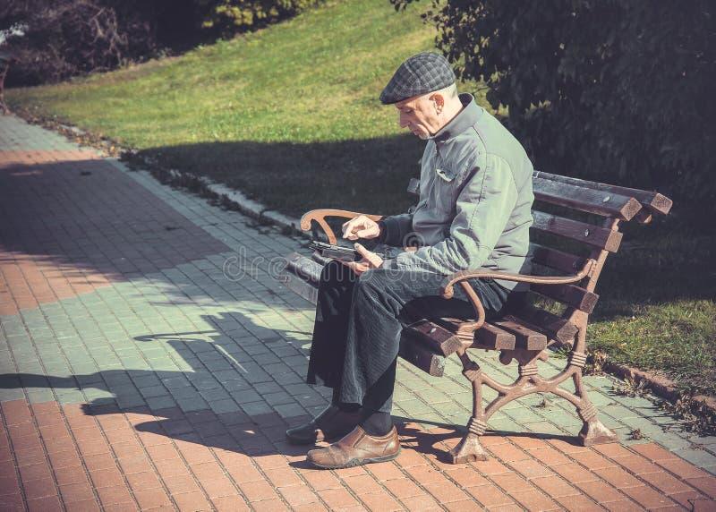 Älterer Mann, der Tablette-Computer verwendet stockbilder