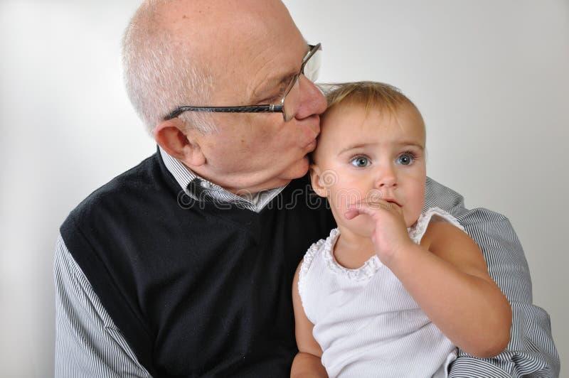Älterer Mann, der Tochter küßt stockfoto