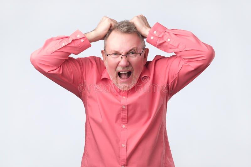 Älterer Mann, der von der Schmerzhoffnungslosigkeit schreit Beschneidungspfad eingeschlossen lizenzfreie stockfotografie