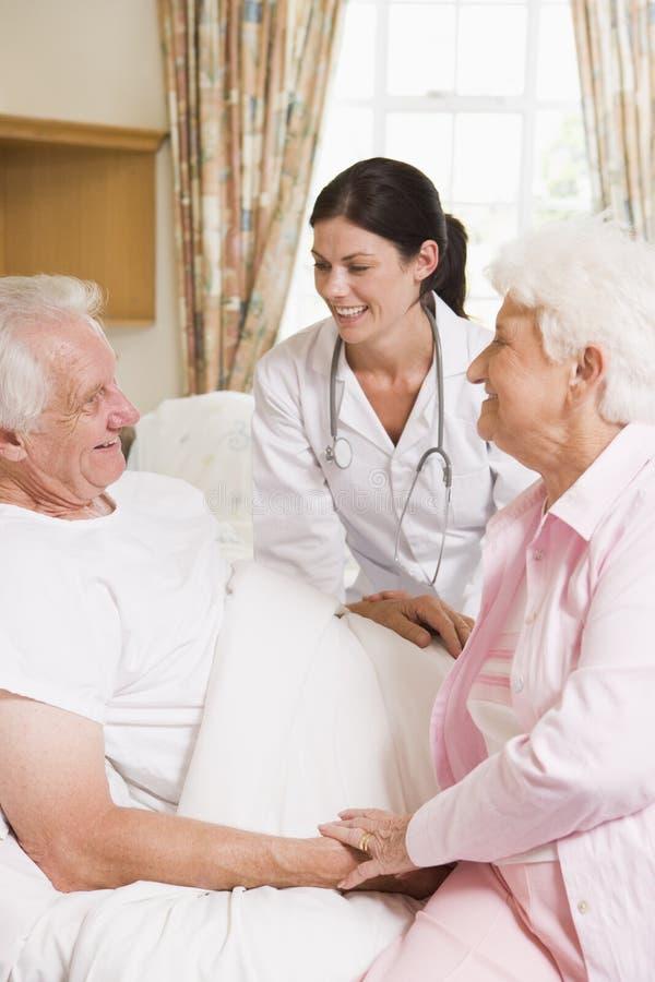 Älterer Mann des Doktor-Talking To und seine Frau lizenzfreie stockfotos