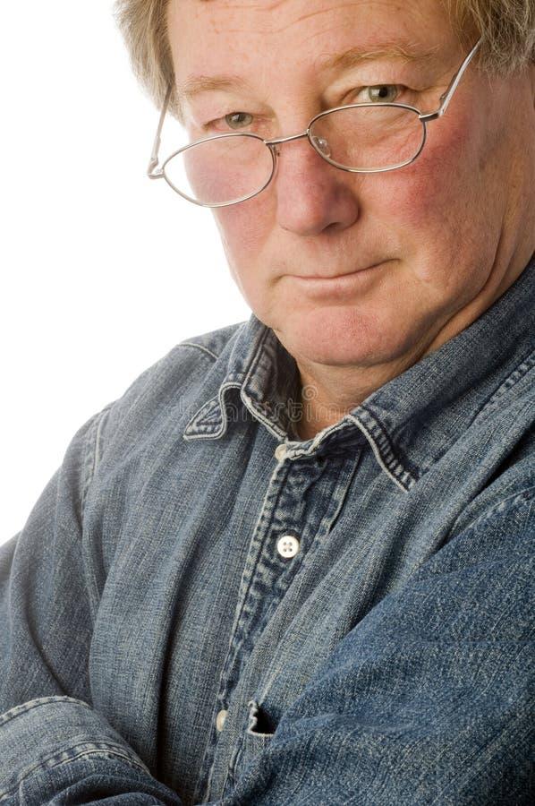 älterer Mann des entspannten Mittelalters mit Gläsern stockfotos