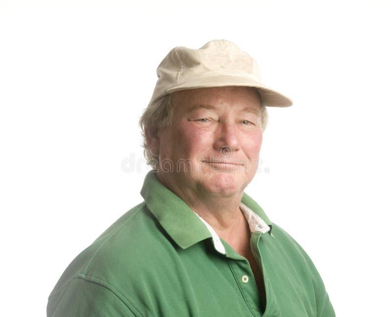 Älterer Mann des Mittelalters, der das beiläufige Hutlächeln trägt stockfotografie
