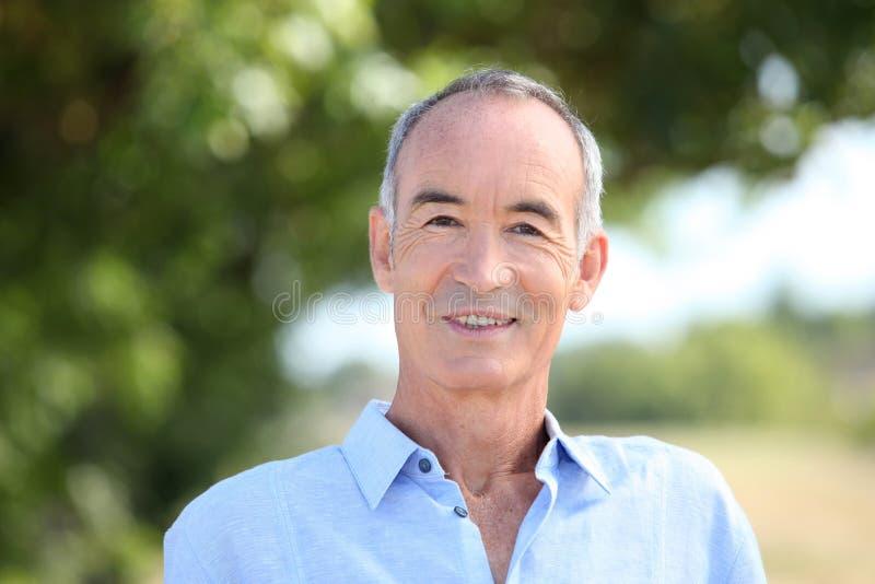 Älterer Mann draußen lizenzfreies stockfoto