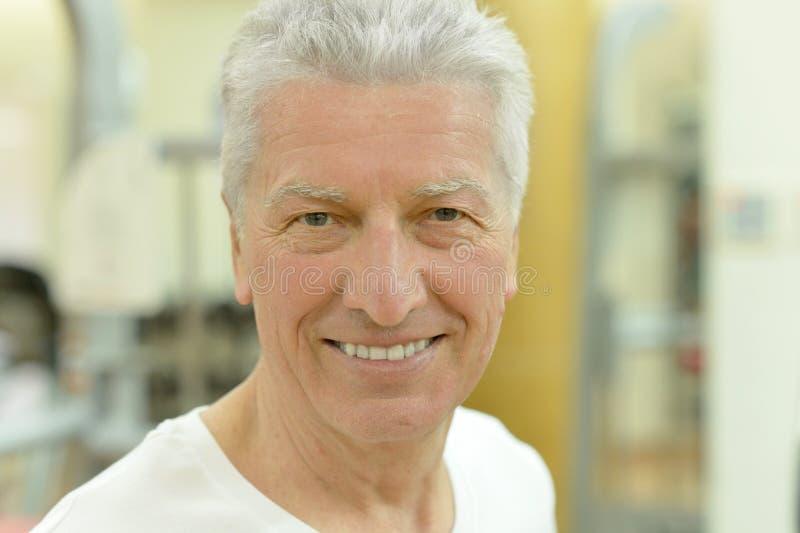 Älterer Mann in einer Turnhalle stockfotografie