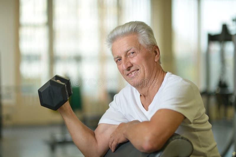Älterer Mann in einer Turnhalle stockbild