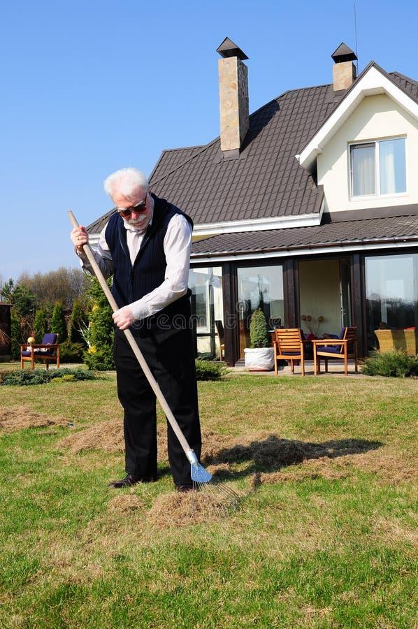Älterer Mann am Garten lizenzfreies stockfoto