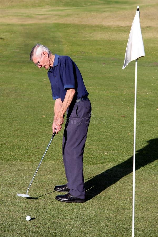 Älterer Mann am Golf lizenzfreies stockfoto