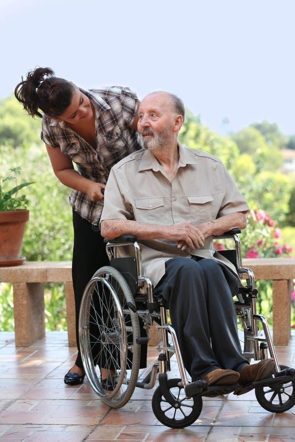 Älterer Mann heraus für Weg im Rollstuhl stockfoto