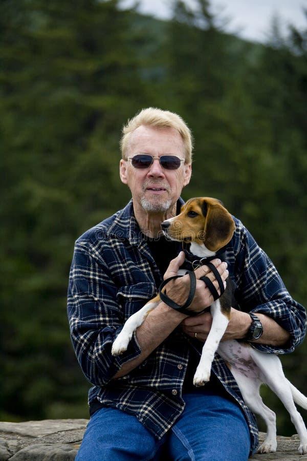 Älterer Mann-Holding-Spürhund lizenzfreie stockbilder