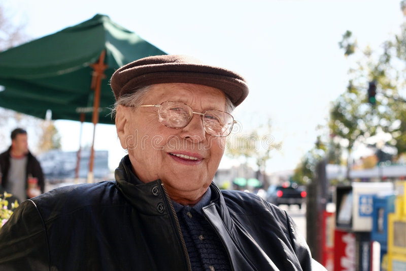 Älterer Mann im Freien stockfotos
