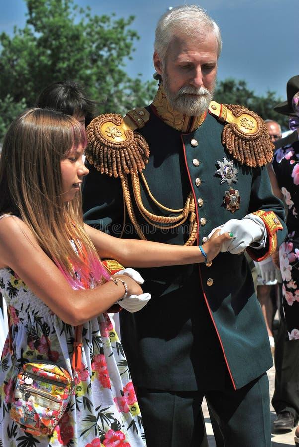 Älterer Mann im historischen Kostüm tanzt mit einem jugendlich Mädchen stockbild
