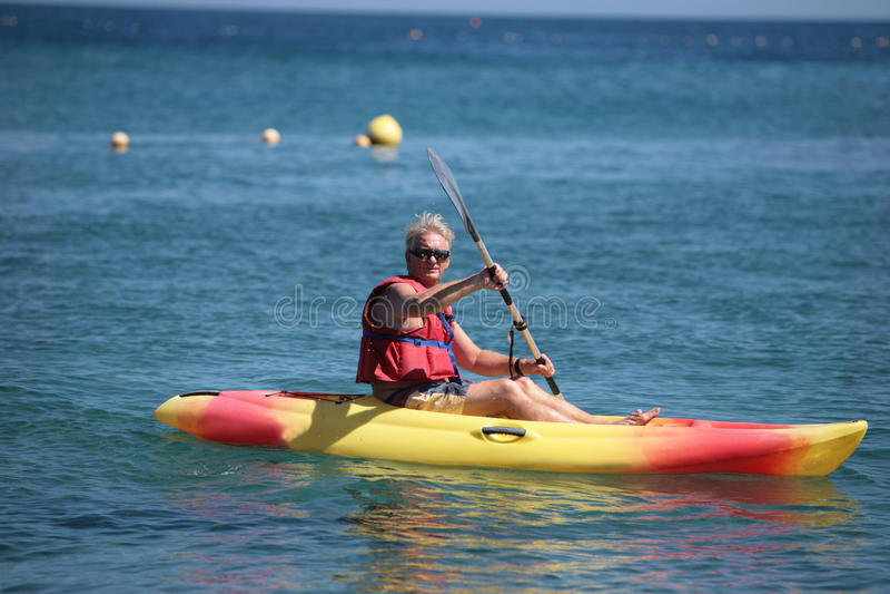 Älterer Mann im Kanu stockbilder