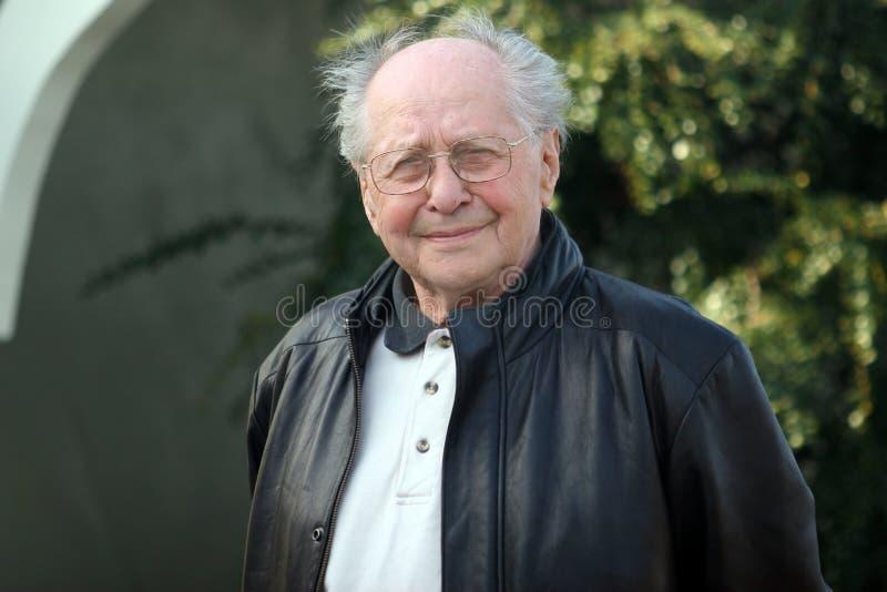 Älterer Mann im Park lizenzfreies stockfoto