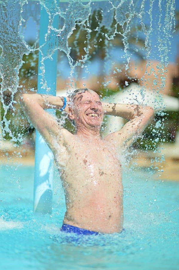 Älterer Mann im Pool stockfoto