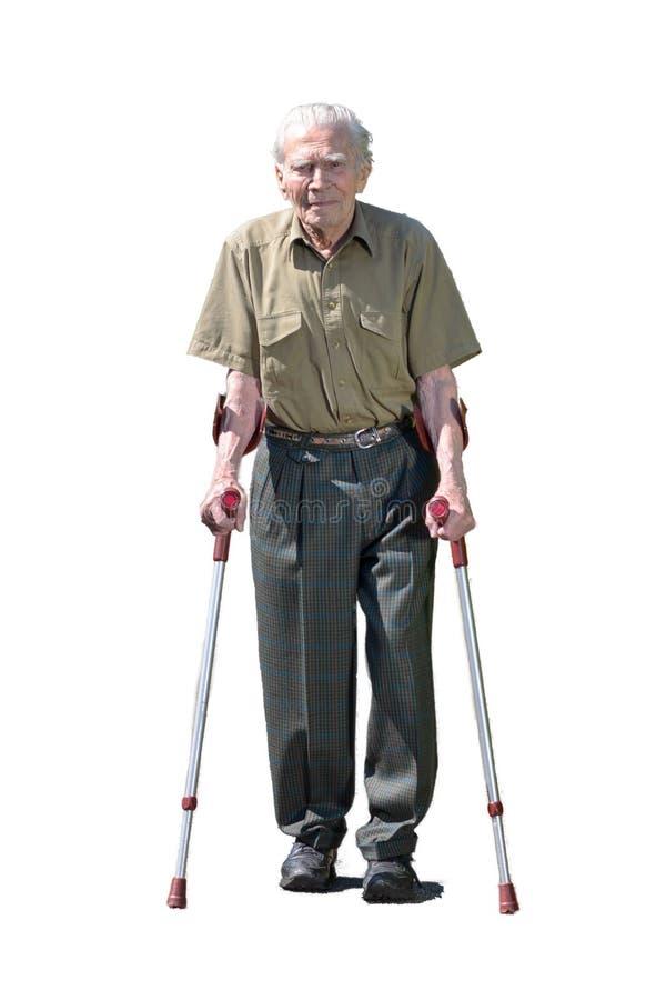Älterer Mann im Ruhestand, der auf Krücken geht lizenzfreie stockfotos