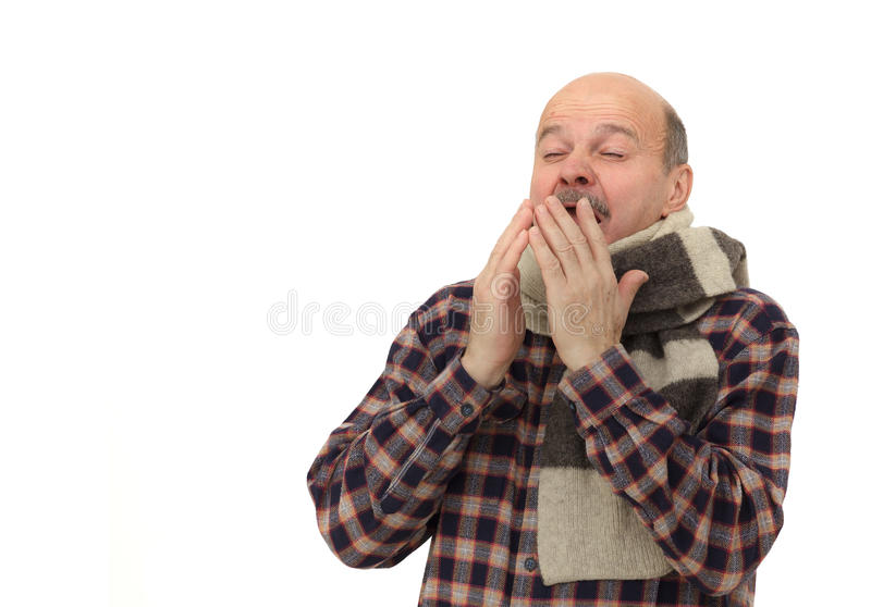 Älterer Mann ist von den Kälten oder von der Pneumonie krank stockfotografie