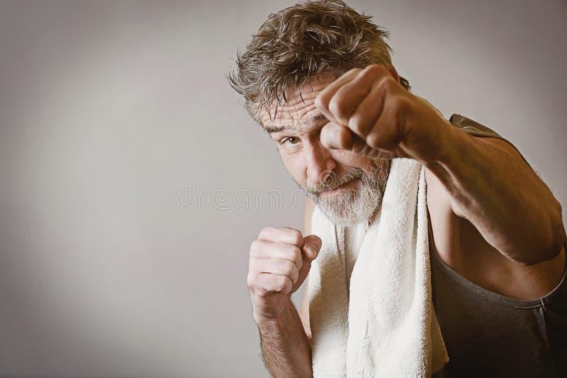 Älterer Mann in Kampfstellung lizenzfreie stockbilder