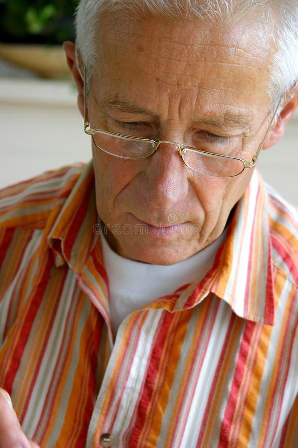 Älterer Mann konzentriert stockbild
