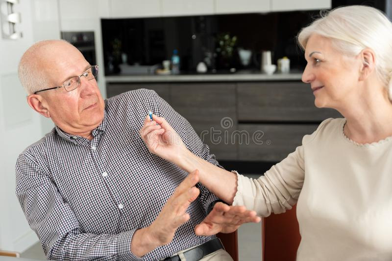 Älterer Mann möchte nicht Medizin nehmen stockfotografie