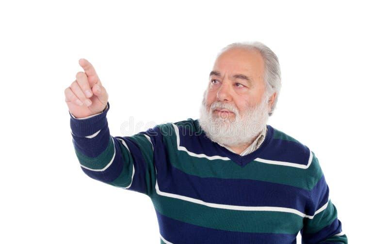 Älterer Mann mit dem weißen Bart, der etwas mit seinem Finger drückt stockfoto