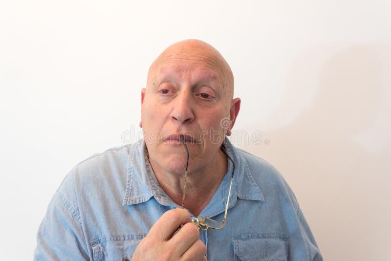 Älterer Mann mit den Gläsern, die, kahl, Alopezie, Chemotherapie, Krebs, auf Weiß durchdacht schauen lizenzfreie stockfotos