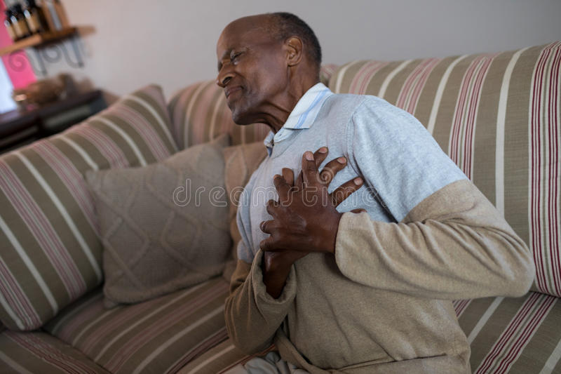 Älterer Mann mit den Händen auf Kasten lizenzfreies stockfoto