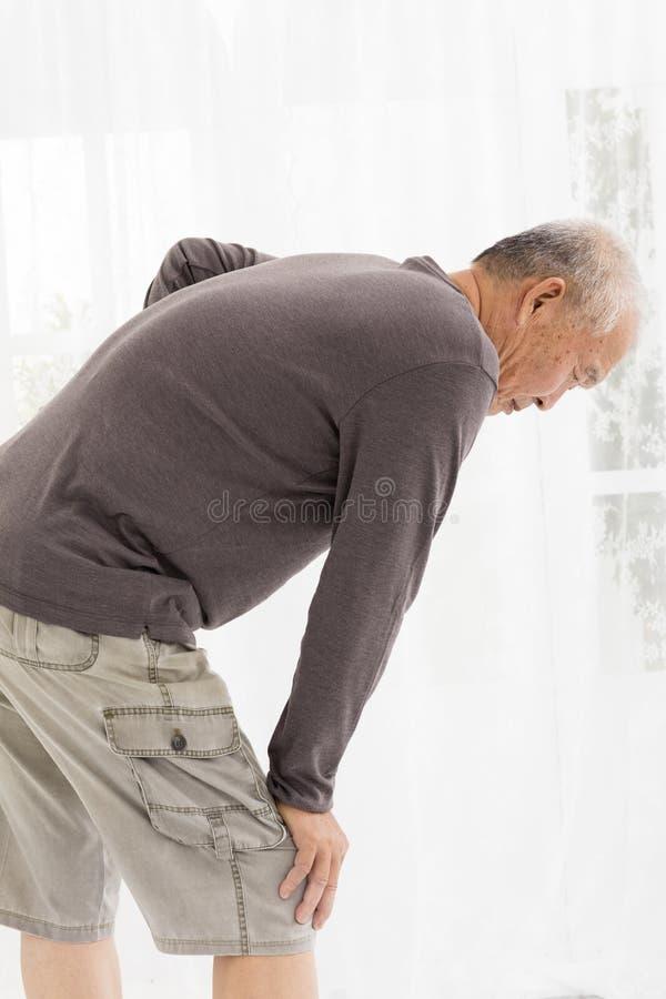 Älterer Mann mit den Knieschmerz lizenzfreies stockbild