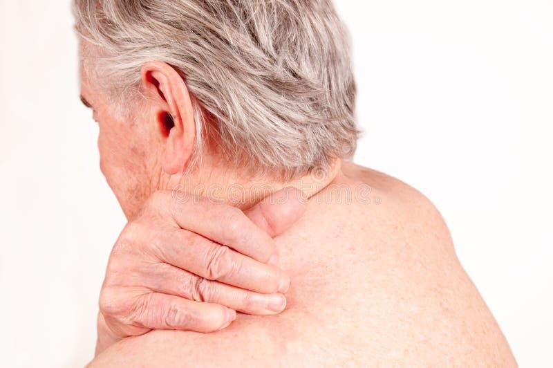 Älterer Mann mit den Schmerz in zurück lokalisiert auf Weißerem stockbilder