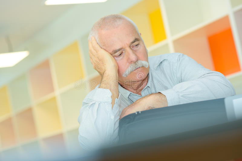 Älterer Mann mit der Hand auf Tempel hat Kopfschmerzen stockfoto