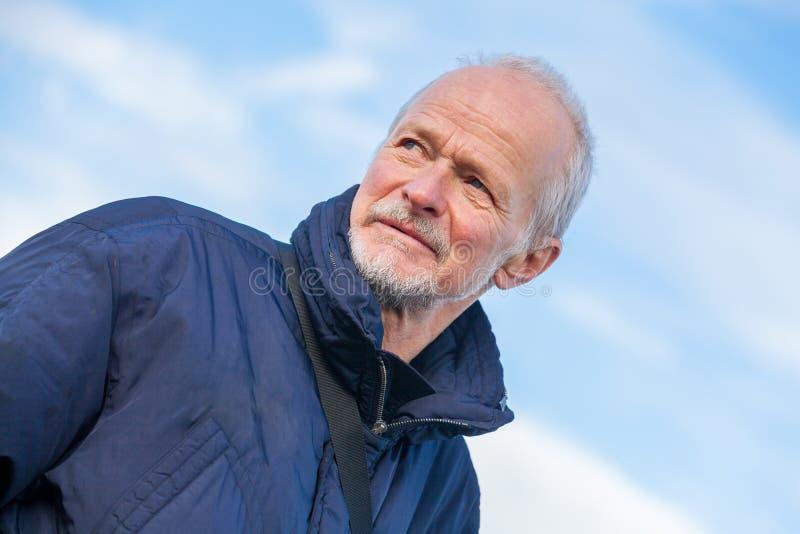 Älterer Mann mit einem durchdachten Ausdruck stockfoto