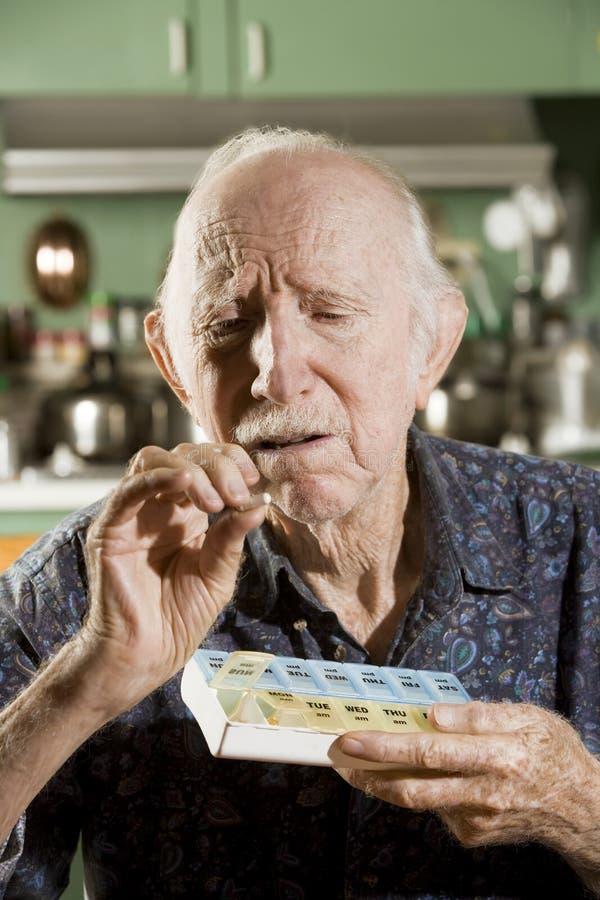 Älterer Mann mit einem Pille-Kasten lizenzfreie stockfotografie