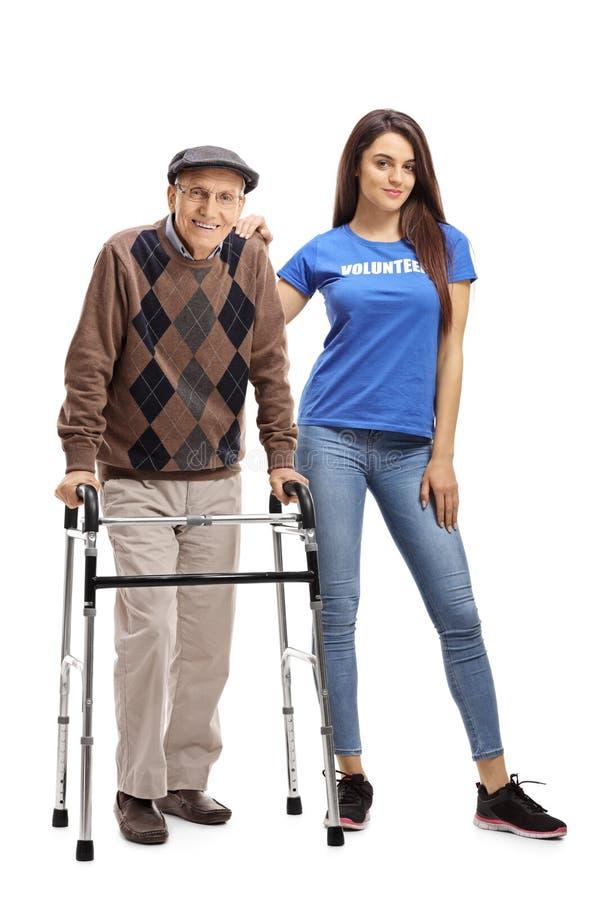 Älterer Mann mit einem Wanderer und einem jungen weiblichen Freiwilligen lizenzfreies stockfoto