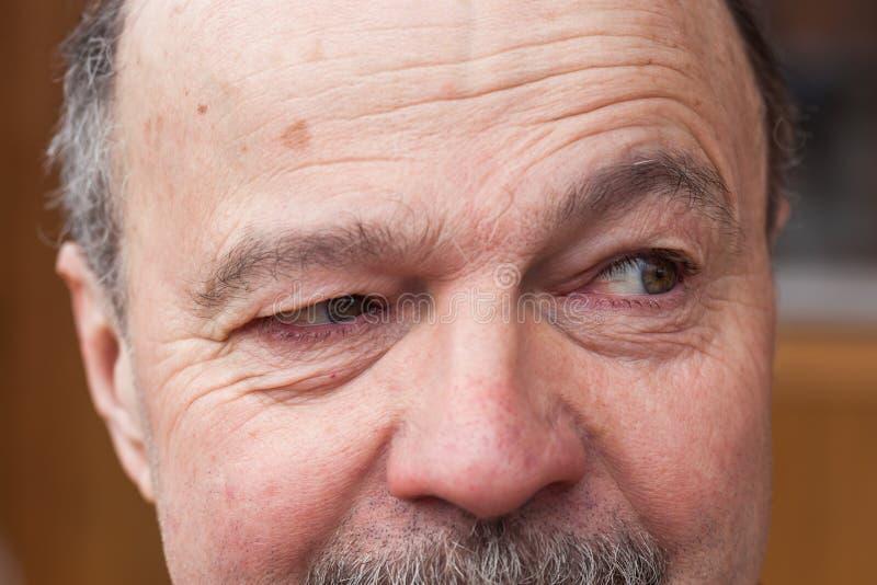 Älterer Mann mit einem Zweifel, der weg schaut lizenzfreies stockbild