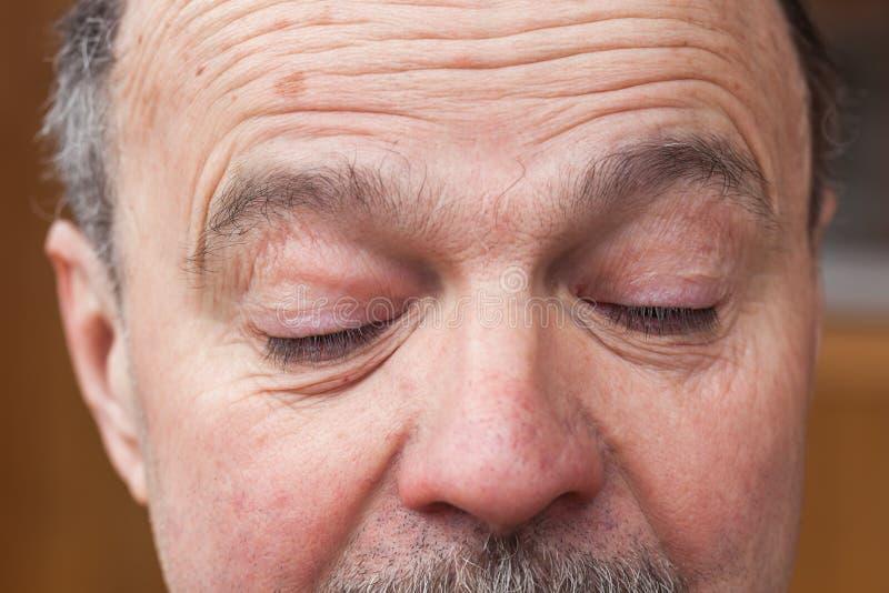 Älterer Mann mit einem Zweifel, der weg schaut lizenzfreies stockfoto