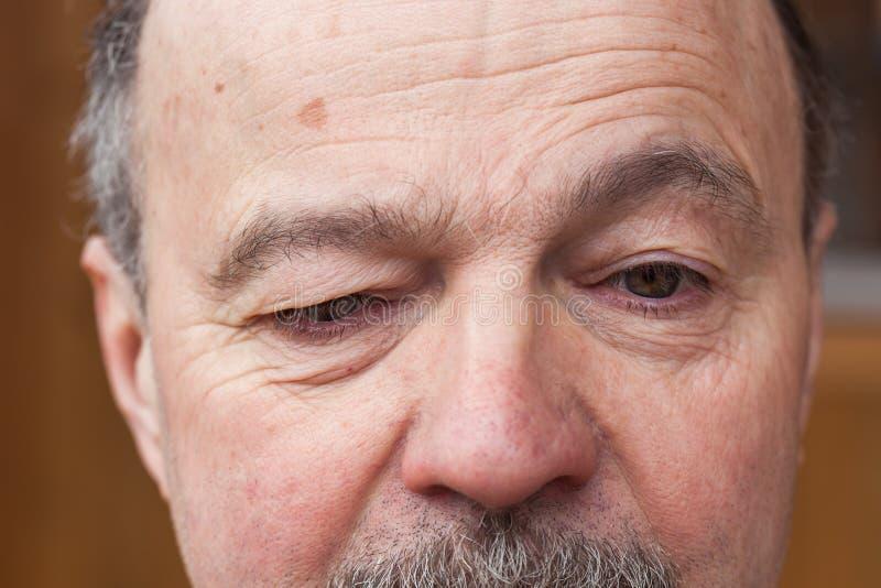 Älterer Mann mit einem Zweifel, der weg schaut lizenzfreie stockfotografie