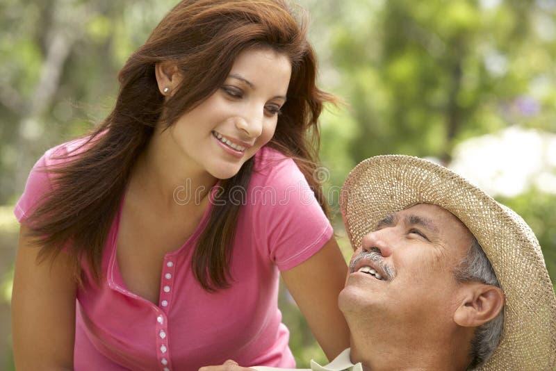 Älterer Mann mit erwachsener Tochter im Garten stockfoto