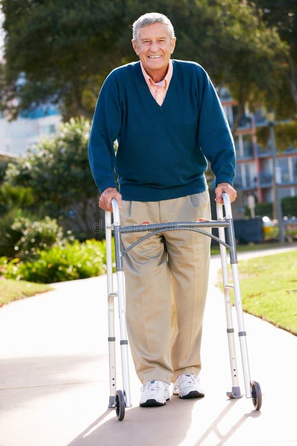 Älterer Mann mit gehendem Feld stockfotos