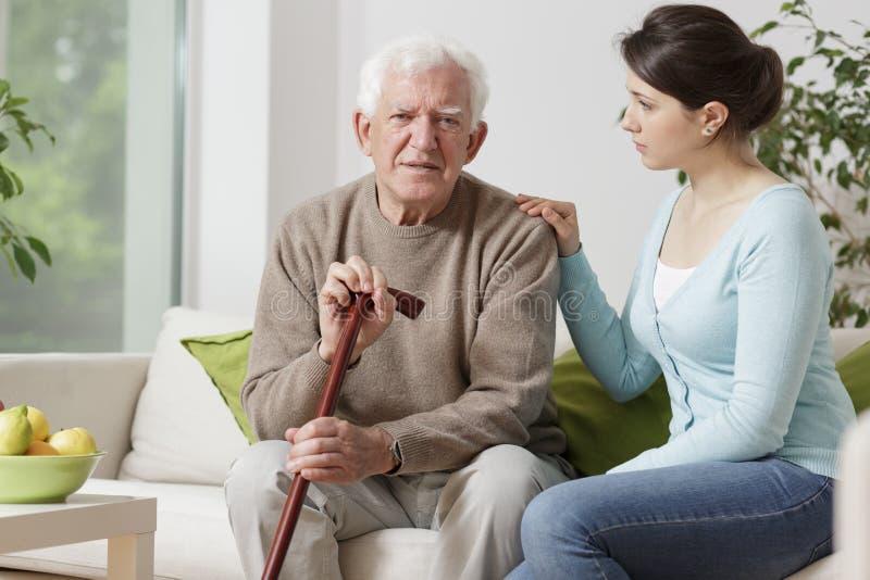Älterer Mann mit gehendem Steuerknüppel stockfoto