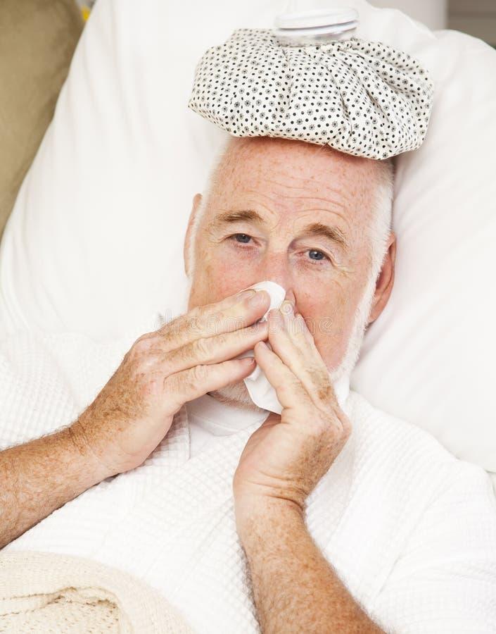 Älterer Mann mit Grippe stockbild