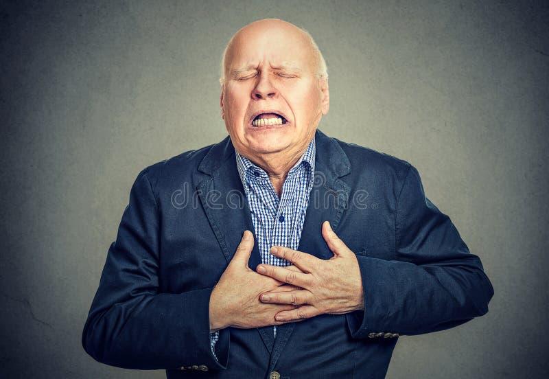Älterer Mann mit Herzinfarkt lizenzfreie stockfotos