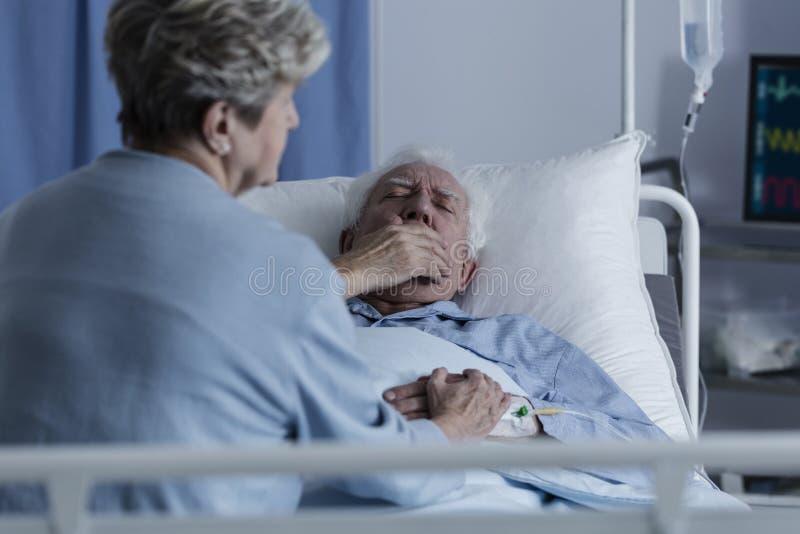 Älterer Mann mit Lungenkrebs stockfoto