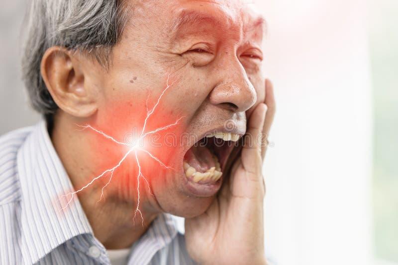 Älterer Mann mit schwerer Zahnschmerzen stockbild