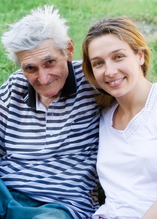 Älterer Mann mit seiner Enkelin lizenzfreies stockbild