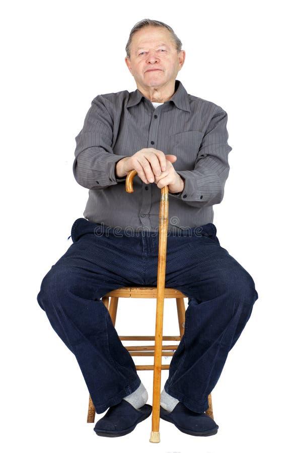 Älterer Mann mit Stocksitzen lizenzfreie stockfotografie