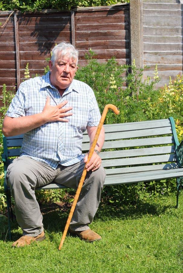 Älterer Mann mit strengem Schmerz in der Brust. lizenzfreie stockfotos