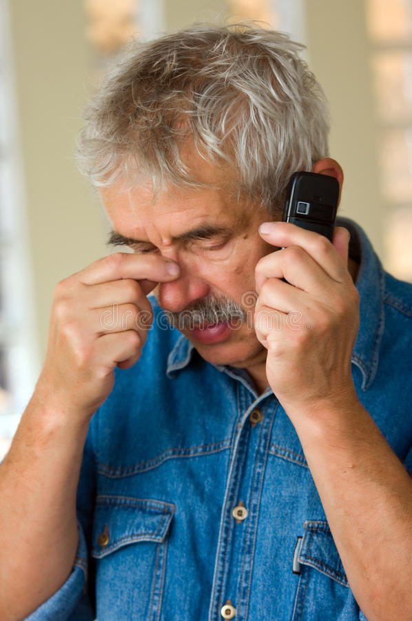 Älterer Mann mit Telefon lizenzfreie stockfotos