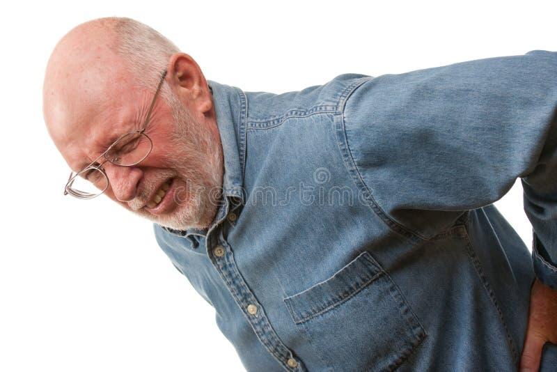 Älterer Mann mit zurück verletzen auf Weiß stockfoto