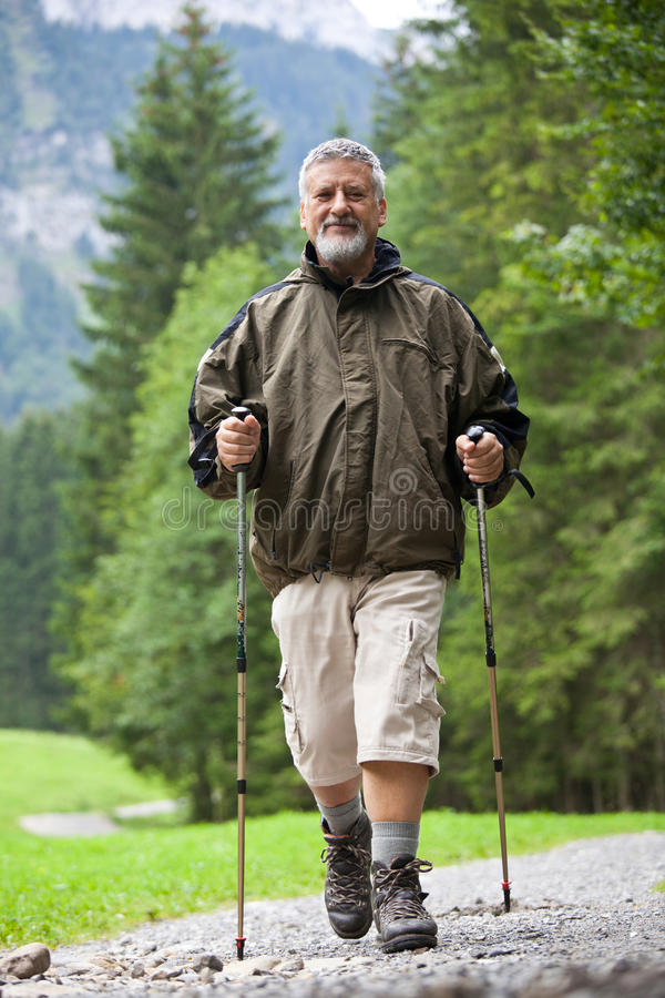 älterer Mann Nordic, der draußen geht stockfotos