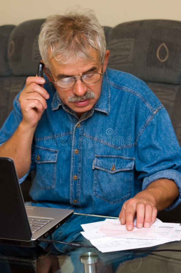 Älterer Mann online lizenzfreie stockbilder